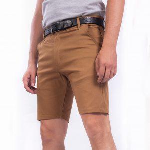 Bermuda de hombre gabardina color habano, marron, beige. Corte chino, pantalon chino